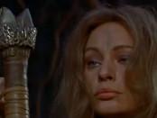 Noch ahnt Uschi nicht, dass sie gerade liebevoll den Griff des Schwertes umwickelt, das sie enthaupten wird.
