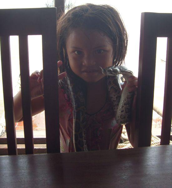 kind mit schlange