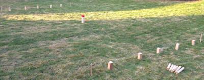 Der Kubb-Spielaufbau. Anklicken zum Vergrößern!
