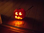 Halloween Kürbis vor Spiegel