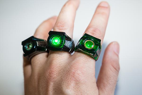 green lantern ringe am Finger