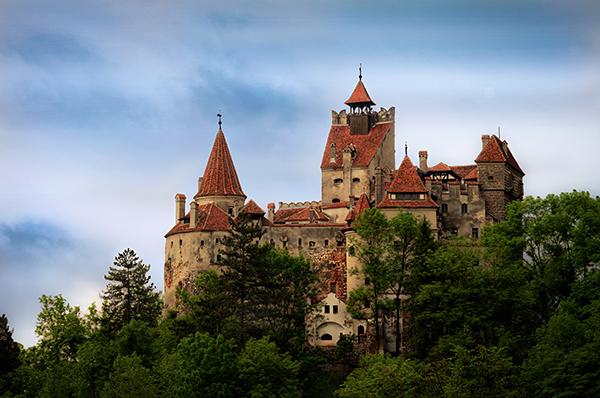 """""""Castelul Bran2"""" von Dobre Cezar - Eigenes Werk. Lizenziert unter CC BY-SA 3.0 ro über Wikimedia Commons - https://commons.wikimedia.org/wiki/File:Castelul_Bran2.jpg#/media/File:Castelul_Bran2.jpg"""
